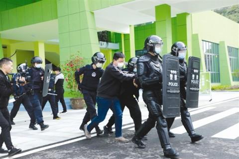反恐演练进校园 多方联动保平安