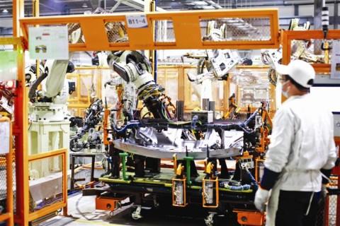 生产线上机器人显身手